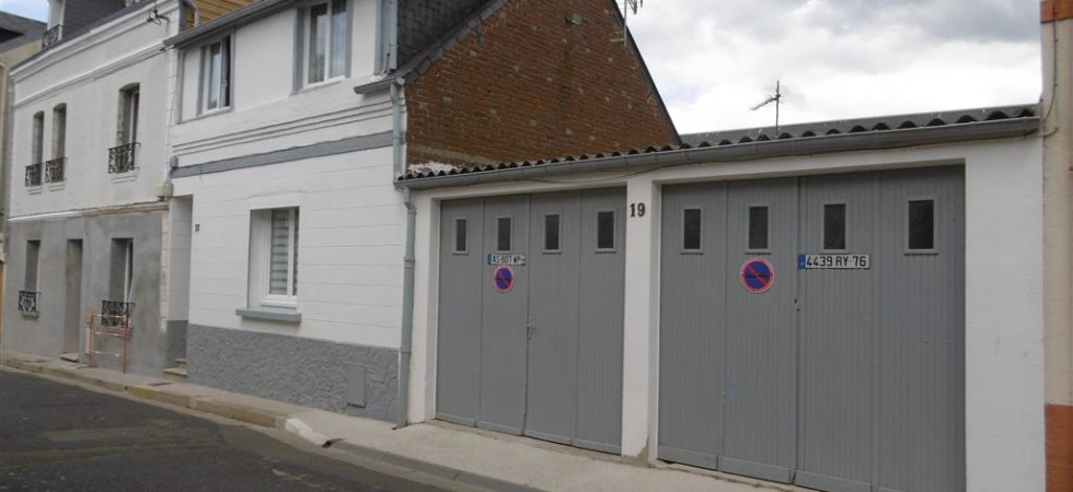 Maison en centre ville: cour et double garage